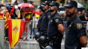 Policies espanyols davant la comissaria de la Via Laietana a Barcelona