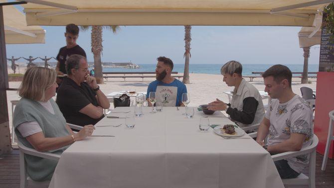 """Marc Ribas a taula amb uns dels concursants de l'edició estiuenca del """"Joc de cartes"""""""