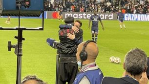 Emotiu retrobament entre Messi i Ronaldinho a París