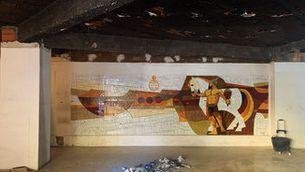 Mosaic de trencadís trobat rere les prestatgeries d'un antic comerç