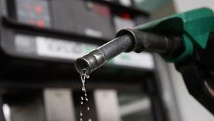 Mànega de benzina en una benzinera