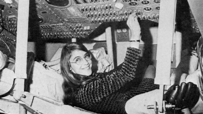 Margaret Hamilton, en el mòdul d'entrenament (NASA)
