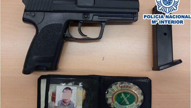 Imatge de l'arma i la placa falses comissades al domicili del detingut. (Horitzontal)
