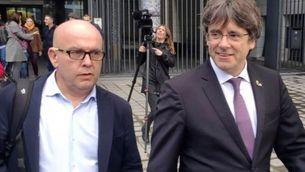 El president Puigdemont amb el seu advocat Gonzalo Boye a Brussel·les (EFE)