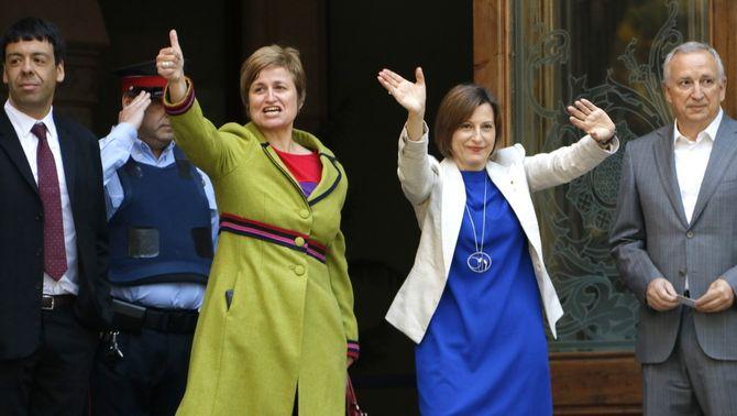 La presidenta del Parlament, Carme Forcadell, i la secretària primera de la mesa, Anna Simó, saluden en entrar al TSJC per declarar, el 8 de maig de…