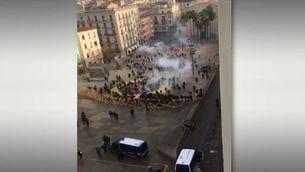 Moment en què es trenca el cordó policial a la plaça U d'octubre