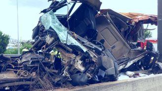 Imatge del camió accidentat, a l'A-2, a principis de juliol (ACN)