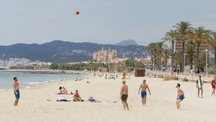 Banyistes en una platja de Palma, l'estiu passat (Europa Press/Isaac Buj)
