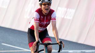 Anna Kiesenhofer, creuant la meta de la prova de ciclisme en ruta (EFE)