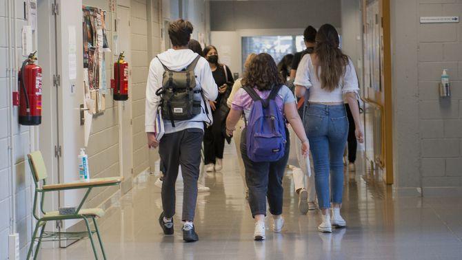 Estudiants en un passadís de la UdG durant la selectivitat (Europa Press/Glòria Sánchez)