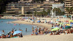 Pla general de la platja de Torre Valentina, amb molta gent i edificis al fons