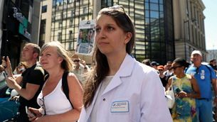 Una psicòloga, a una manifestació contra la vacunació obligatòria el 14 de setembre a París (Reuters/Sarah Meyssonnier)