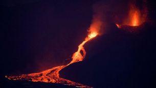 El volcà de La Palma reprèn l'activitat després d'hores parat i la lava s'acosta al mar