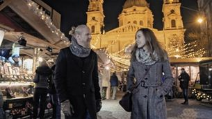 La Katalonski Luca Radosnai ensenya al Halldor Mar el Mercat de Nadal de la Basílica de Sant Esteve, a Budapest
