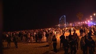 Imatge de:L'Associació de Veïns de la Barceloneta demana tancar les platges a la nit per posar fre als botellons