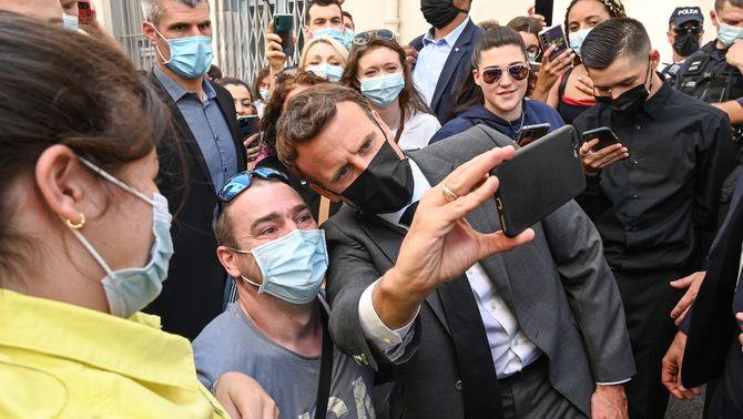 Macron rep una bufetada mentre saludava un grup de gent prop de Grenoble
