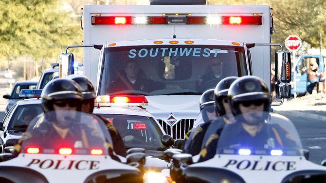 La congressista Gabrielle Giffords és traslladada en ambulància a l'aeroport. (Foto: Reuters)