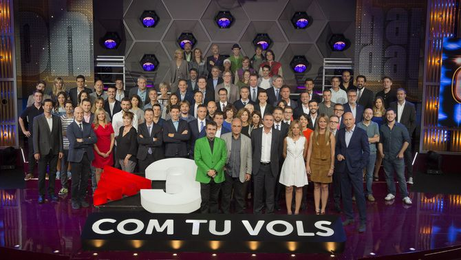 Foto de família amb els presentadors i actors