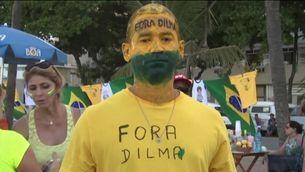 """Un partidari de l'""""impeachment"""" de Rousseff, manifestant-se tot pintat"""