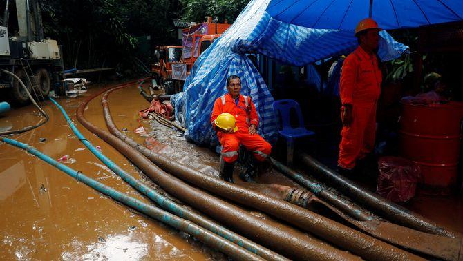 Els equips de rescat han bombat 120 milions de litres d'aigua de l'interior de la cova (Reuters)