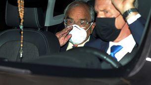 Martín Villa, sortint de l'ambaixada argentina després de declarar per videoconferència