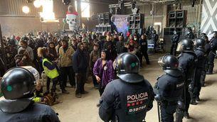 Els Mossos encerclen el participants de la festa (Txell Carles)