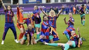FCB Femení players celebrate on the pitch following their first ever Champions League triumph