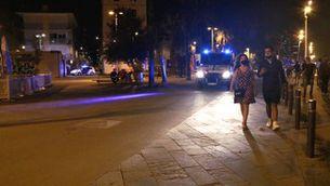 Una parella marxa de la Barceloneta en el moment de l'inici del toc de queda (ACN / Blanca Blay)