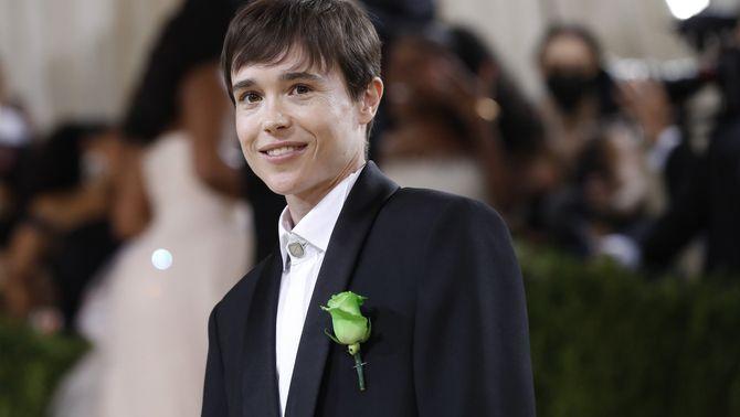 Elliot Page, que ha anat molt sobria amb un vestit negre de Balenciaga també amb una rosa verda (Reuters/Mario Anzuoni)