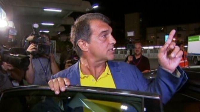 El candidat Joan Laporta marxa cap a casa abans de saber el resultat final de l'escrutini