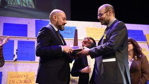 Saül Gordillo rep el Premi Martí Gasull de mans d'Òscar Escuder, president de la Plataforma per la Llengua