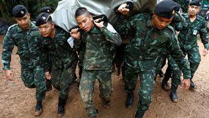 Soldats porten provisions per als 12 menors atrapats a una cova a Tailàndia (Reuters)