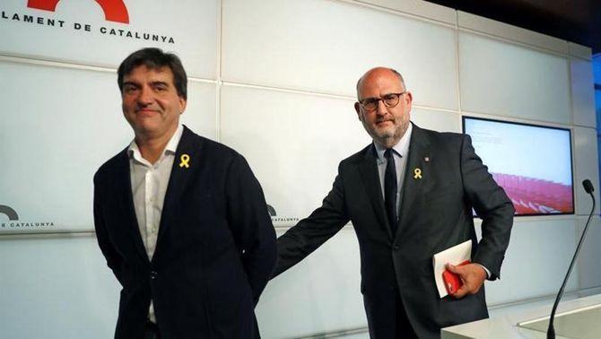 Sergi Sabrià i Eduard Pujol, portaveus d'ERC i JxCat, han explicat l'acord (EFE)