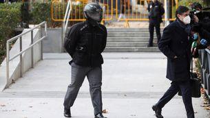 L'antic xofer de Bárcenas, Sergio Ríos, ha entrat i sortit amb un casc que li tapava la cara (EFE / David Fernández)