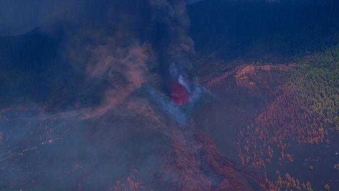 El con del volcà, visible enmig de la fumera en el cinquè dia d'erupció (EFE/Ramón de la Rocha)