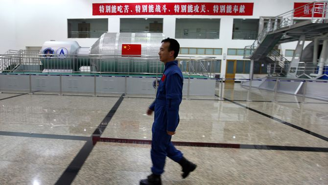 L'astronauta xinès Fei Junlon camina pel centre aeroespacial de Pequín. (Foto: Reuters)