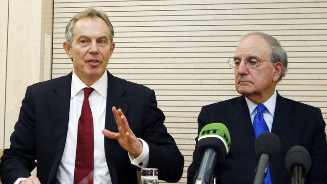 L'exprimer ministre britànic Tony Blair i el senador George Mitchell, en una conferència de premsa a Brussel·les l'any 2010. (Foto: Reuter…