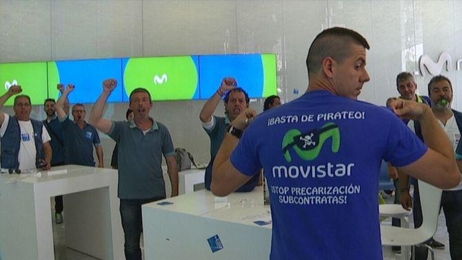 Els treballadors de Movistar abandonen la protesta a la botiga de l'empresa després de nou hores de tancada