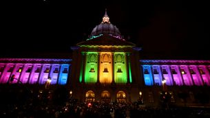 Un edifici oficial de San Francisco, a Califòrnia, amb els colors de la bandera gai durant la vetlla en record de les víctimes d'Orlando (Reuters)