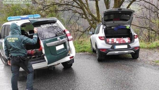 Pla general del vehicle identificat per la Guàrdia Civil a la carretera de Civís, a les Valls de Valira (Alt Urgell), on es va trobar tabac de contr…