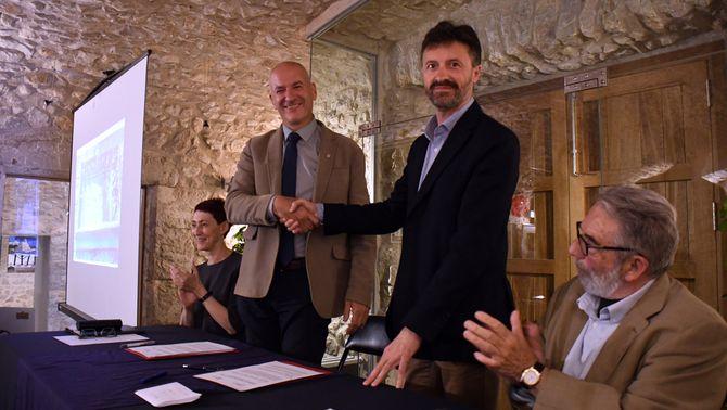 (D'esquerra a dreta) El rector de la UdG, Quim Salvi, i l'alcalde de l'Escala, Víctor Puga, el 8 de maig del 2019. Pla mitjà (Horitzo…