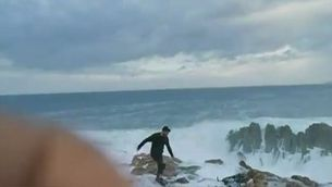 Una onada engoleix a Galícia un ciclista imprudent