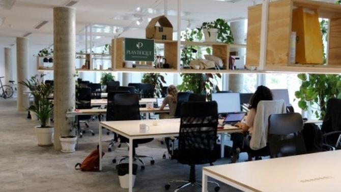 La mascareta ja no és sempre obligatòria a la feina si s'està assegut i amb prou distància