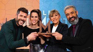 """Mari Pau Huguet rep el guardó commemoratiu de """"Batalla monumental"""" de mans dels presentadors del programa"""