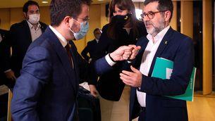 Aragonès i Sànchez se saluden el dia de la conferència del líder de Junts a l'Auditori (EFE / Enric Fontcuberta)