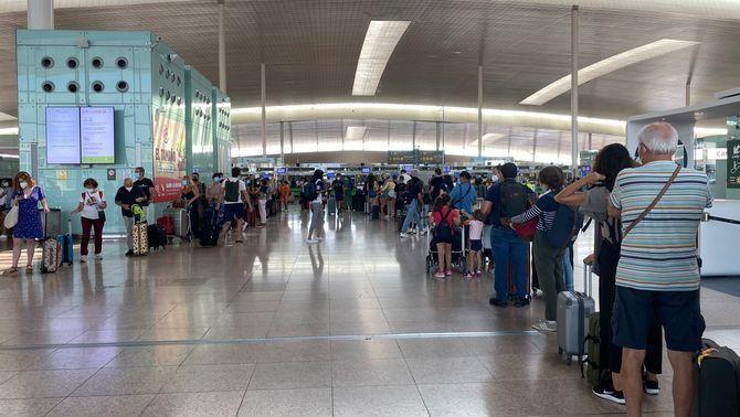 Cues al Prat però xifres encara lluny dels 1.003 vols d'un dia com avui de 2019