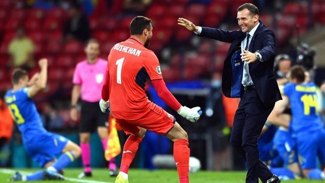 Shevchenko celebra el gol amb un dels seus jugadors