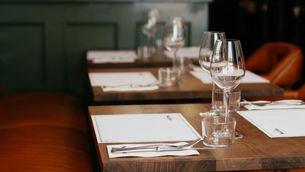 Taules d'un restaurant preparades per rebre la clientela