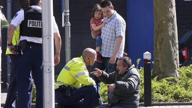 Un policia consola un dels testimonis de l'esdeveniment. (Foto: Reuters)