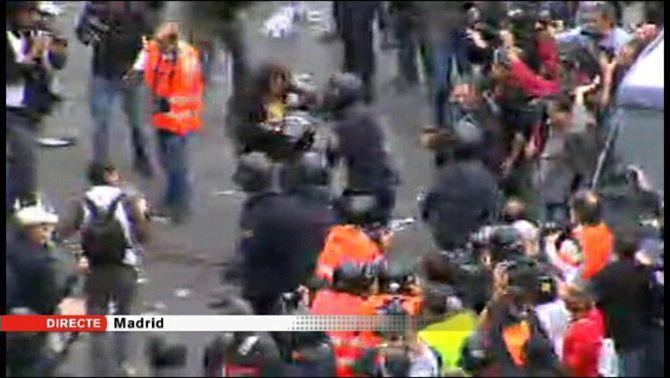 La policia va començar a carregar contra els manifestants.